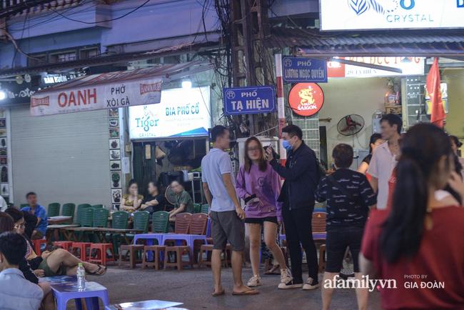 Phố Tạ Hiện tấp nập đón khách tới nửa đêm, rất nhiều người thờ ơ với việc đeo khẩu trang - Ảnh 6.