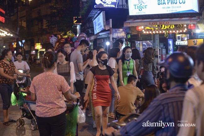 Phố Tạ Hiện tấp nập đón khách tới nửa đêm, rất nhiều người thờ ơ với việc đeo khẩu trang - Ảnh 7.