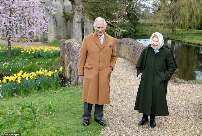 Nữ hoàng Anh xuất hiện rạng rỡ cùng Thái tử Charles trong bộ ảnh mới nhân ngày Lễ Phục Sinh, chứa chi tiết đầy thâm sâu nhắc nhở nhà Meghan Markle - Ảnh 2.