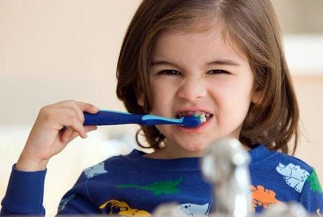 Bé 3 tuổi chưa bao giờ ăn đường nhưng vẫn bị sâu răng, bác sĩ chỉ ra vấn đề này rất đáng được cha mẹ quan tâm - Ảnh 3.