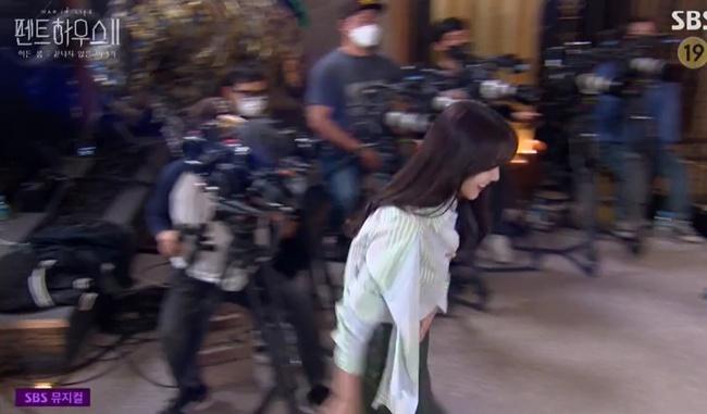 """Cuộc chiến thượng lưu tập đặc biệt: Biên kịch phim bị """"đánh hội đồng"""", Su Ryeon đến trường quay trễ, vừa gặp đã bị """"đẩy thuyền"""" với Logan Lee - Ảnh 5."""