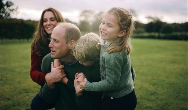 Vợ chồng Công nương Kate chia sẻ đoạn video làm tan chảy trái tim người hâm mộ với một loạt khoảnh khắc đời thường vui vẻ bên 3 con - Ảnh 2.