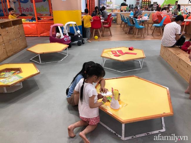 Không khí tại các khu vui chơi trong nhà cho trẻ dịp nghỉ lễ ở Hà Nội: Nơi đông đúc nhộn nhịp, nơi chẳng thấy bóng người - Ảnh 22.