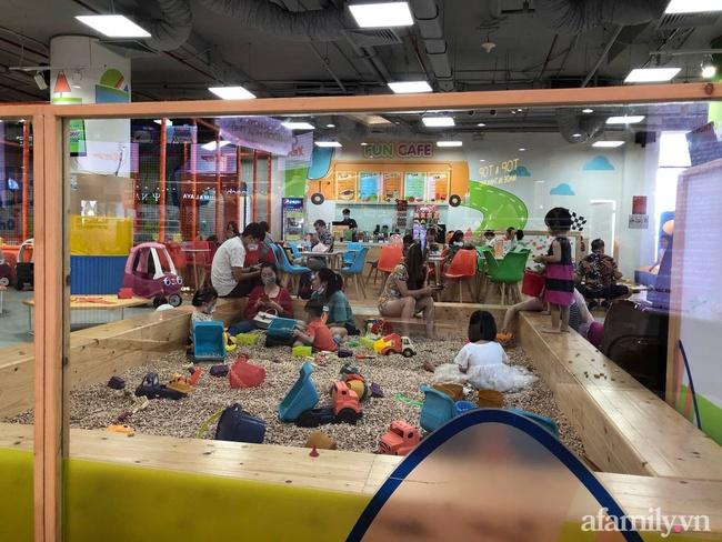 Không khí tại các khu vui chơi trong nhà cho trẻ dịp nghỉ lễ ở Hà Nội: Nơi đông đúc nhộn nhịp, nơi chẳng thấy bóng người - Ảnh 19.