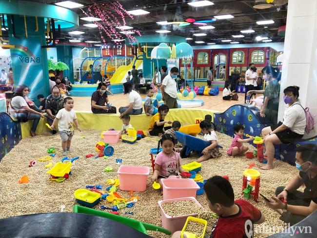 Các khu vui chơi trong nhà cho trẻ dịp nghỉ lễ khá vắng vẻ, có điểm chẳng thấy bóng khách nào - Ảnh 7.