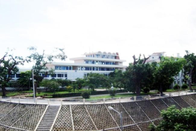 Ngôi trường có khuôn viên đẹp nhất Việt Nam, 4 mùa hoa nở, sinh viên đi học mà cứ ngỡ lạc vào resort - Ảnh 2.