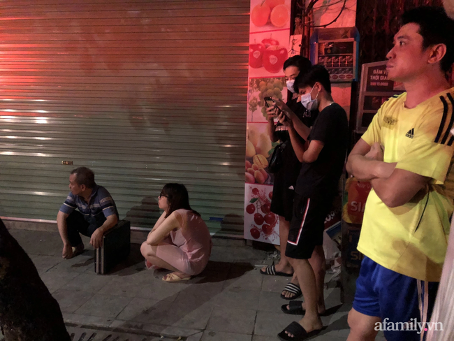 Hà Nội: Cháy lớn cửa hàng bán bỉm trẻ em trên phố Tôn Đức Thắng, đôi vợ chồng và con nhỏ nghi bị mắc kẹt bên trong - Ảnh 3.
