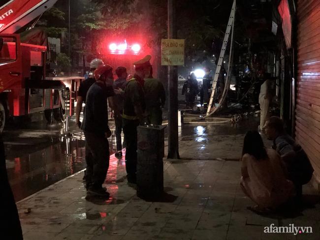 Hà Nội: Cháy lớn cửa hàng bán bỉm trẻ em trên phố Tôn Đức Thắng, đôi vợ chồng và con nhỏ nghi bị mắc kẹt bên trong - Ảnh 2.