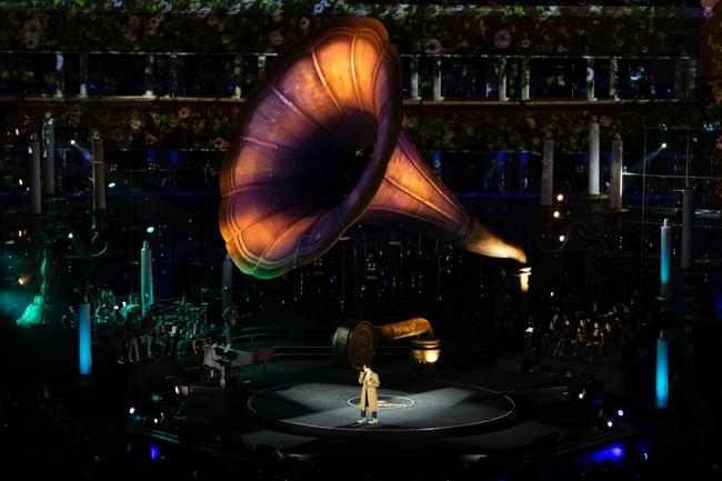 """Sau sự cố quên lời, Hà Anh Tuấn bật khóc trong đêm nhạc """"Veston"""" lại còn hé lộ dự án mới khiến khán giả bấn loạn - Ảnh 3."""