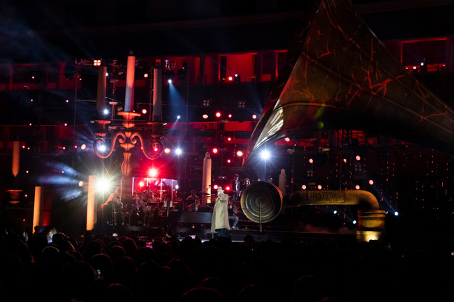 """Sau sự cố quên lời, Hà Anh Tuấn bật khóc trong đêm nhạc """"Veston"""" lại còn hé lộ dự án mới khiến khán giả bấn loạn - Ảnh 5."""