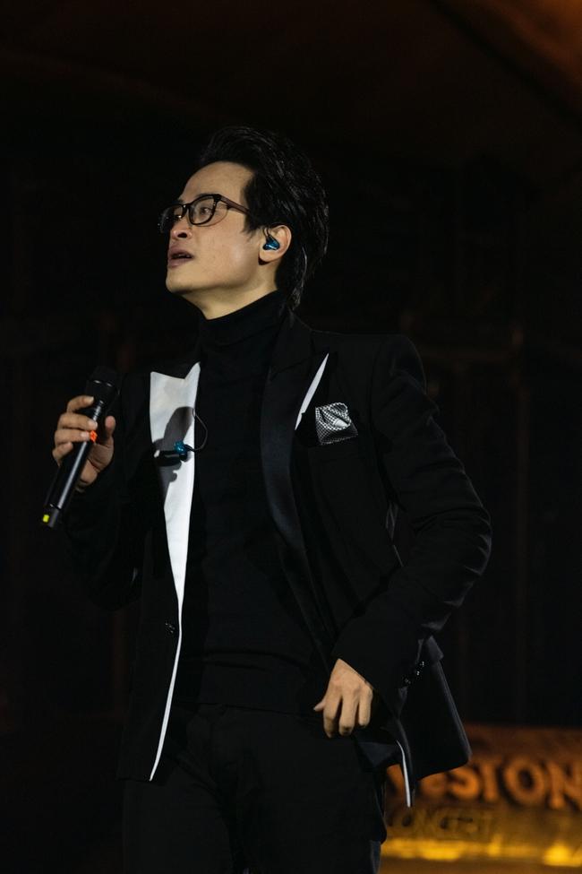 """Sau sự cố quên lời, Hà Anh Tuấn bật khóc trong đêm nhạc """"Veston"""" lại còn hé lộ dự án mới khiến khán giả bấn loạn - Ảnh 11."""