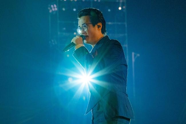 """Sau sự cố quên lời, Hà Anh Tuấn bật khóc trong đêm nhạc """"Veston"""" lại còn hé lộ dự án mới khiến khán giả bấn loạn - Ảnh 2."""