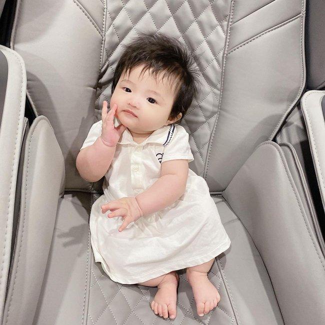 Con gái 6 tháng tuổi của Đông Nhi đã biết làm điệu, nhìn gương mặt ai cũng nhận xét giống Ông Cao Thắng y đúc - Ảnh 2.