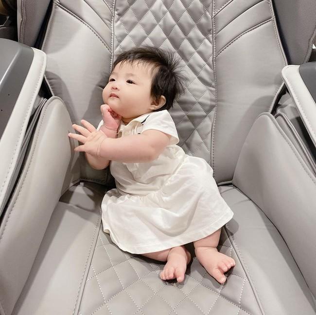 Con gái 6 tháng tuổi của Đông Nhi đã biết làm điệu, nhìn gương mặt ai cũng nhận xét giống Ông Cao Thắng y đúc - Ảnh 3.