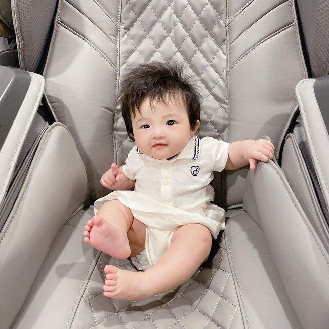 Con gái 6 tháng tuổi của Đông Nhi đã biết làm điệu, nhìn gương mặt ai cũng nhận xét giống Ông Cao Thắng y đúc - Ảnh 4.