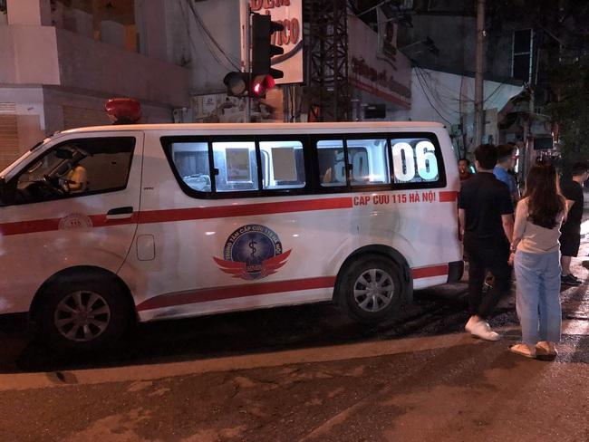 Hà Nội: Cháy lớn cửa hàng bán bỉm trẻ em trên phố Tôn Đức Thắng, đôi vợ chồng và con nhỏ nghi bị mắc kẹt bên trong - Ảnh 5.