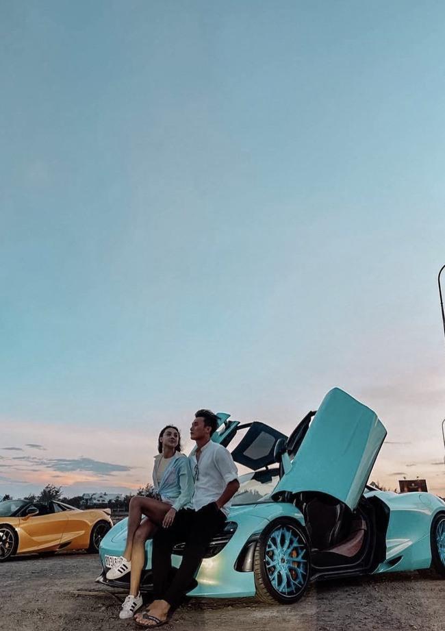"""Đi dép tông chụp ảnh với người đẹp và siêu xe, thủ môn Bùi Tiến Dũng bị Đoàn Văn Hậu cực lầy vào """"xin xỏ"""" - Ảnh 1."""