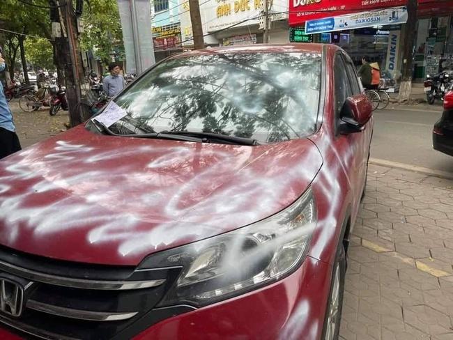 Công an thông tin vụ đỗ xe chắn ngay trước cửa nhà người khác, chiếc ô tô tiền tỷ bị vẽ sơn chằng chịt: Danh tính người xịt sơn - Ảnh 1.