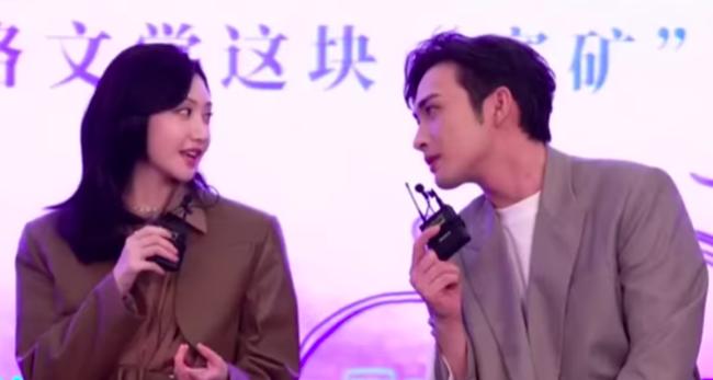 Tư Đằng: Trương Bân Bân nhìn Cảnh Điềm tình đến mức lên No.1 Hot Search, netizen ái ngại cho MC ngồi cùng  - Ảnh 2.