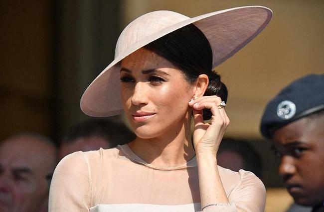 """Harry đang khiến nhân viên cung điện khiếp sợ, Meghan tiết lộ tham vọng lớn nhất, hoàng gia Anh chỉ là """"nước cờ"""" trong tay nữ công tước - Ảnh 2."""