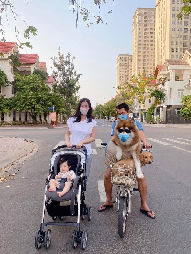 Đông Nhi đăng ảnh đẩy con gái đi dạo, ai ai cũng chú ý đến một điều chứng minh Alpha Kid Winnie đúng là số hưởng từ bé - Ảnh 1.