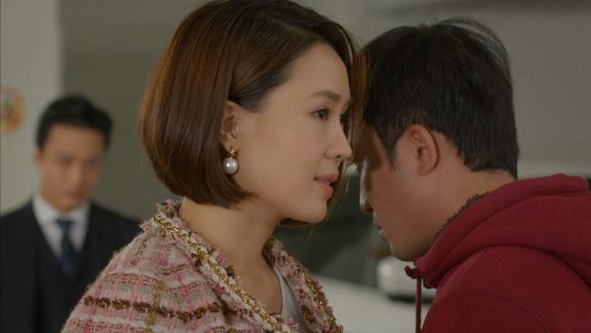 """Hướng dương ngược nắng: Châu xông tới hôn Phúc trước mặt Kiên - Minh, có lẽ nào Hồng Diễm lại """"phá lệ"""" đến thế? - Ảnh 3."""