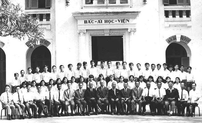 Sài Gòn có 1 ngôi trường cổ hơn 100 năm tuổi: Từng ô gạch đều đẹp đến nao lòng, sinh viên bước vào cứ ngập ngừng chẳng nỡ về - Ảnh 1.