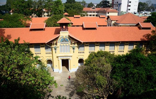 Sài Gòn có 1 ngôi trường cổ hơn 100 năm tuổi: Từng ô gạch đều đẹp đến nao lòng, sinh viên bước vào cứ ngập ngừng chẳng nỡ về - Ảnh 2.