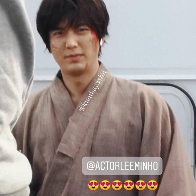 Lee Min Ho gây sốc với khuôn mặt bê bết máu, tóc tai bù xù nhưng lại khiến fan rần rần nhờ chi tiết này - Ảnh 2.