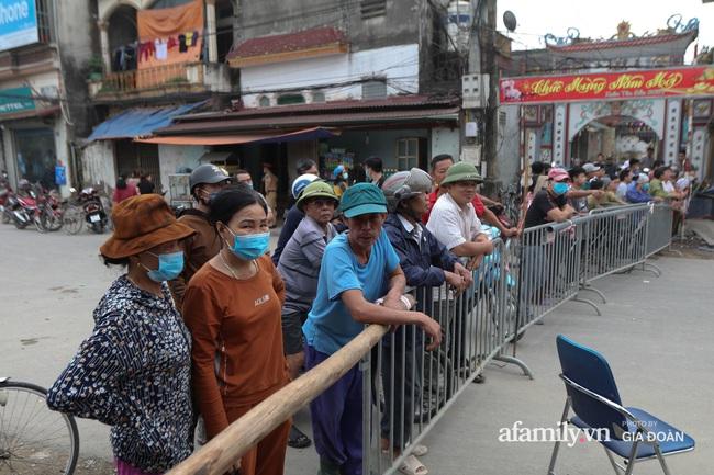 """Sau một đêm """"hố tử thần"""" ở Hà Nội đã lan rộng ra 50m2 - Ảnh 2."""