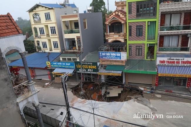 """Sau một đêm """"hố tử thần"""" ở Hà Nội đã lan rộng ra 50m2 - Ảnh 1."""