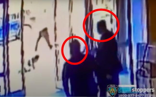 """Chứng kiến người phụ nữ gốc Á bị hành hung mà chỉ biết đứng xem, 2 anh bảo vệ lĩnh ngay hậu quả """"chua chát"""" - Ảnh 4."""
