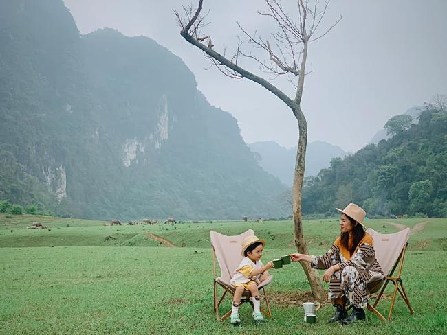 """Một thảo nguyên xanh mướt bao quanh bởi mây và núi đẹp như trong cổ tích hóa ra lại có thật mà ở ngay gần Hà Nội, cuối tuần đưa con đi cắm trại thì """"u mê chữ ê kéo dài"""" - Ảnh 7."""