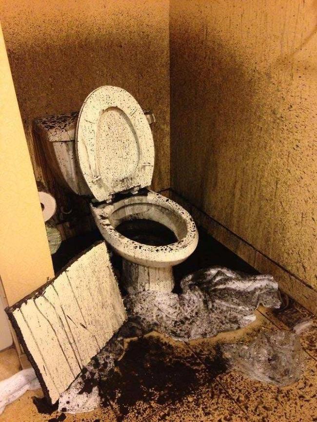 Bỏ tiền thuê khách sạn nhưng khi nhận phòng thì sốc không nói nên lời khi thấy ấm đun nước rêu mốc tua tủa, bồn rửa mặt nước xả đục ngầu - Ảnh 5.