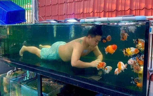 """Vợ """"bóc phốt"""" chồng không chơi với con mà đam mê nuôi cá, đến mức phải chui vào bể chơi mới chịu khiến dân mạng vừa giận vừa thương - Ảnh 2."""