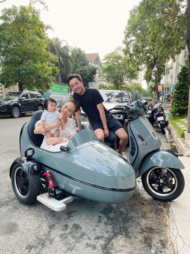 Gia đình Cường Đô La chỉ đi dạo phố thôi nhưng nhìn chiếc xe máy phải trầm trồ ngay độ chịu chơi của đại gia - Ảnh 2.