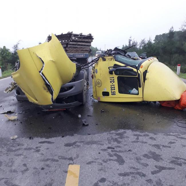 Đâm vào đuôi ô tô tải, container rụng buồng lái, hiện trường vụ tai nạn khiến người chứng kiến rùng mình - Ảnh 2.