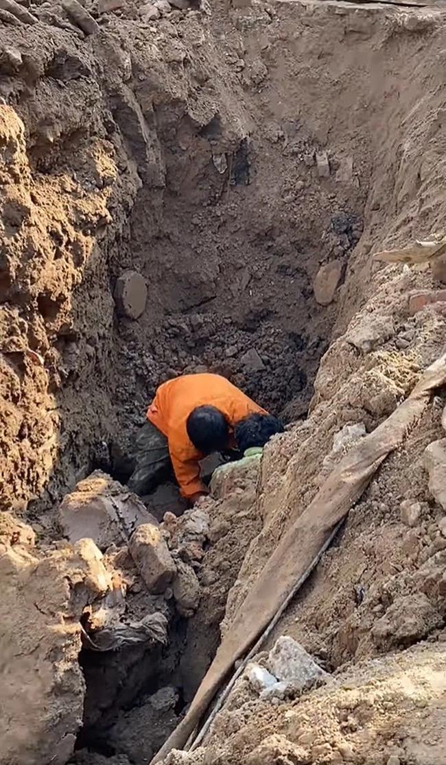 """Nhân chứng kể lại chuyện đang thi công công trình bất ngờ phát hiện người đàn ông nằm dưới lòng đất: """"Anh ta bị đất đá vùi chìm nghỉm, không thấy người đâu"""" - Ảnh 1."""