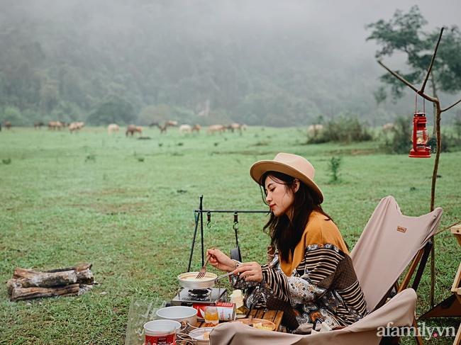"""Một thảo nguyên xanh mướt bao quanh bởi mây và núi đẹp như trong cổ tích hóa ra lại có thật mà ở ngay gần Hà Nội, cuối tuần đưa con đi cắm trại thì """"u mê chữ ê kéo dài"""" - Ảnh 6."""