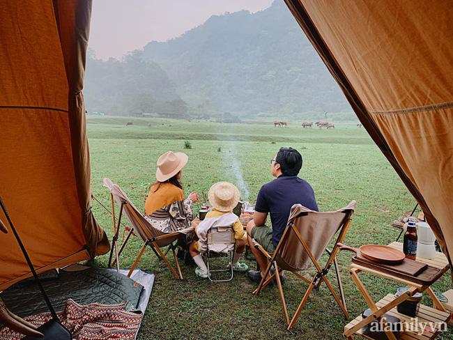 """Một thảo nguyên xanh mướt bao quanh bởi mây và núi đẹp như trong cổ tích hóa ra lại có thật mà ở ngay gần Hà Nội, cuối tuần đưa con đi cắm trại thì """"u mê chữ ê kéo dài"""" - Ảnh 5."""