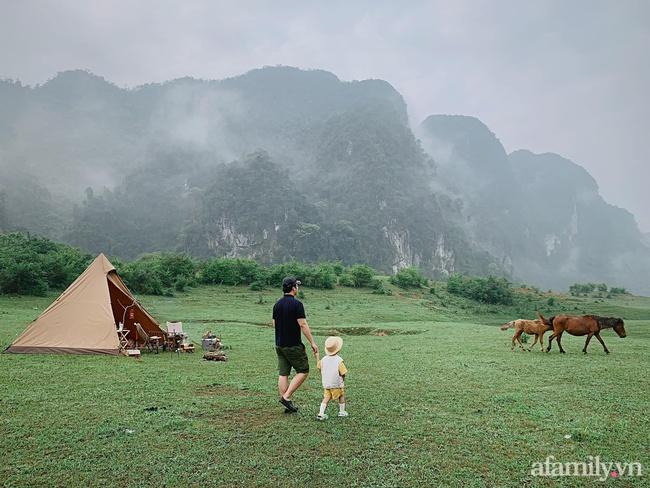 """Một thảo nguyên xanh mướt bao quanh bởi mây và núi đẹp như trong cổ tích hóa ra lại có thật mà ở ngay gần Hà Nội, cuối tuần đưa con đi cắm trại thì """"u mê chữ ê kéo dài"""" - Ảnh 10."""