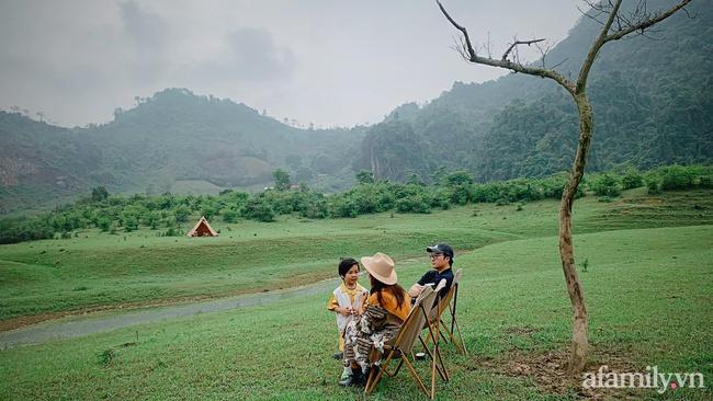 """Một thảo nguyên xanh mướt bao quanh bởi mây và núi đẹp như trong cổ tích hóa ra lại có thật mà ở ngay gần Hà Nội, cuối tuần đưa con đi cắm trại thì """"u mê chữ ê kéo dài"""" - Ảnh 9."""
