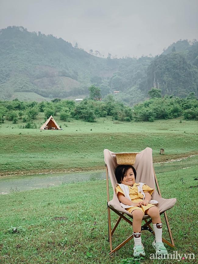"""Một thảo nguyên xanh mướt bao quanh bởi mây và núi đẹp như trong cổ tích hóa ra lại có thật mà ở ngay gần Hà Nội, cuối tuần đưa con đi cắm trại thì """"u mê chữ ê kéo dài"""" - Ảnh 17."""