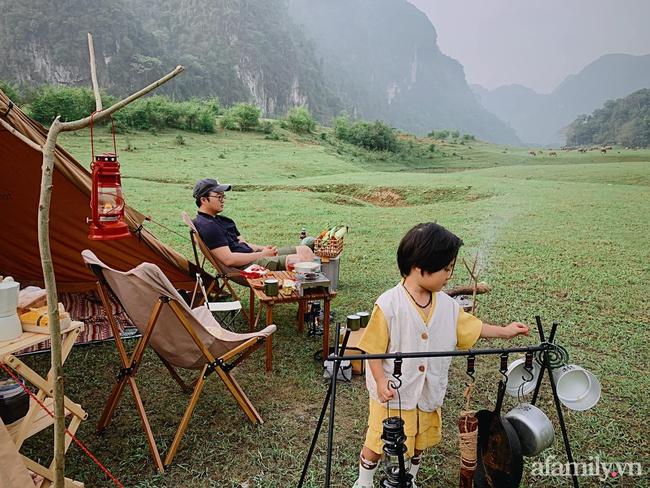 """Một thảo nguyên xanh mướt bao quanh bởi mây và núi đẹp như trong cổ tích hóa ra lại có thật mà ở ngay gần Hà Nội, cuối tuần đưa con đi cắm trại thì """"u mê chữ ê kéo dài"""" - Ảnh 3."""