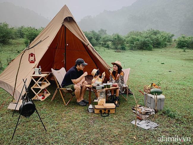 """Một thảo nguyên xanh mướt bao quanh bởi mây và núi đẹp như trong cổ tích hóa ra lại có thật mà ở ngay gần Hà Nội, cuối tuần đưa con đi cắm trại thì """"u mê chữ ê kéo dài"""" - Ảnh 2."""