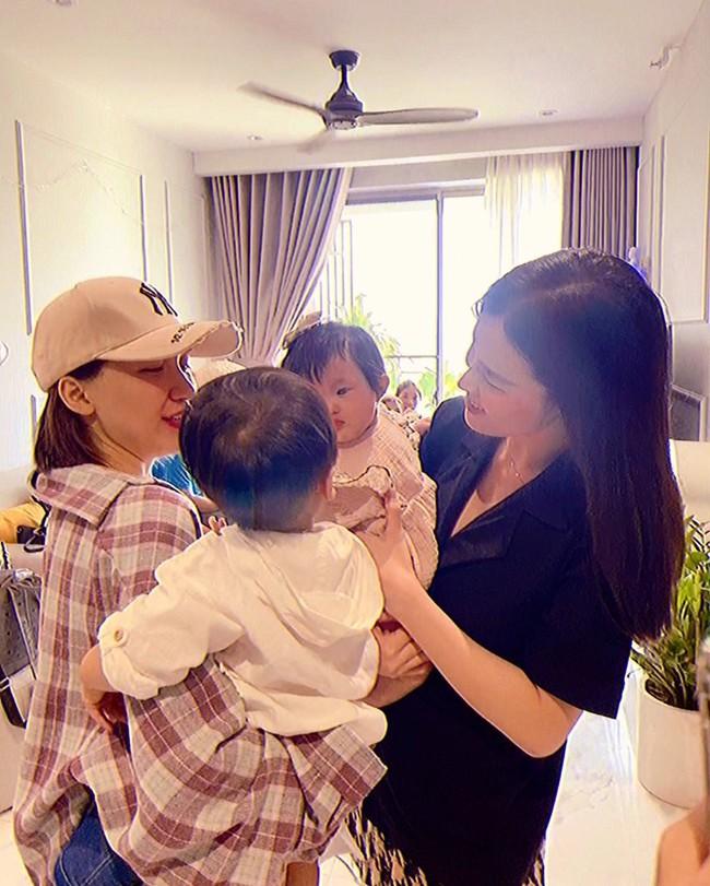 """Con gái Đông Nhi và con trai Hòa Minzy lần đầu gặp mặt, ánh mắt nhìn nhau """"chằm chằm"""" khiến hai mẹ thích thú - Ảnh 1."""