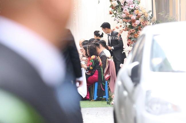 Toàn cảnh tại đám hỏi của Xuân Trường, an ninh cực gắt, dàn bảo vệ nhất định bật đèn flash để tránh bị chụp hình - Ảnh 3.
