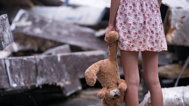 Bé gái 9 tuổi bị cha dượng biến làm nô lê tình dục sau khi mẹ qua đời, chi tiết về hành vi bệnh hoạn gây phẫn nộ với đủ mọi chiêu trò - Ảnh 2.