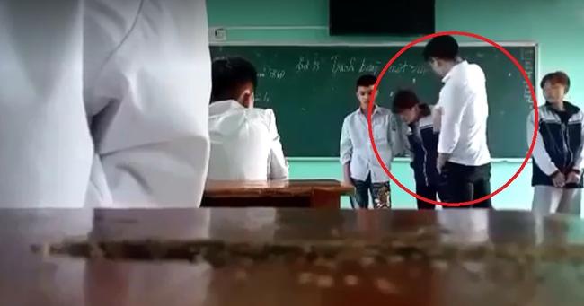 Clip gây bức xúc: Thầy giáo đá thẳng vào ngực, tát học sinh tới tấp và chửi tục liên hồi vì các em mặc quần bò, nhuộm tóc - Ảnh 3.