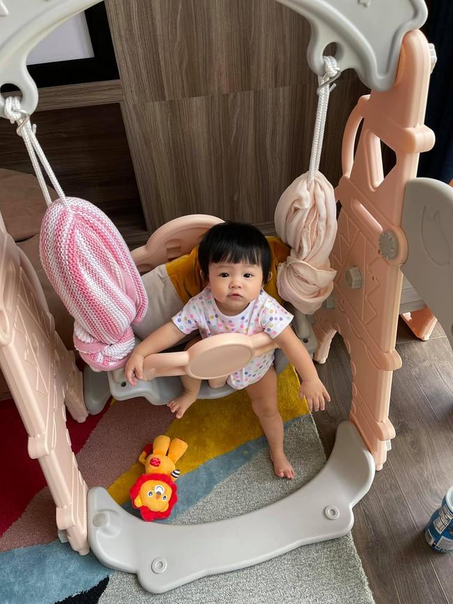 Đàm Thu Trang khoe ảnh Suchin ngồi chơi xích đu cực hài, nhưng 1 chi tiết đã khiến hot mom để lộ việc có chăm con chu đáo hay không? - Ảnh 1.